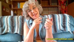 xvideo-heisse-oma-mit-kurzem-lockigem-haar-und-brille-hat-junge-muschi