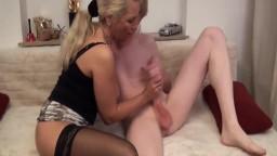 milf-porno-deutsche-in-struempfen-bekommt-es-anal